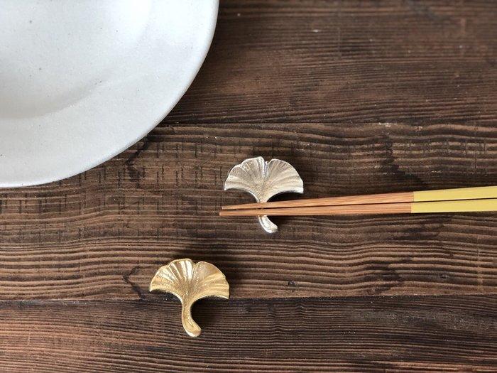 發現花園 日本選物 ~日本製  能作 職人手做     錫製 筷架  ~黃銅銀杏葉 / 白錫銀杏葉