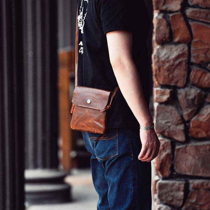 ~皮皮創~原創設計手作包。牛皮迷你小背包頭層牛皮超薄隨身斜背包真皮男女同款單肩包手機包