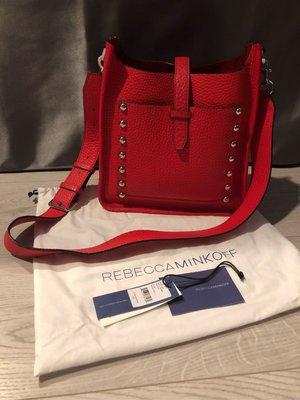 二手包 美國潮牌 Rebecca Minkoff 鉚釘 斜背包 側背包 火龍果紅 Small Unlined Feed Bag  兩用包