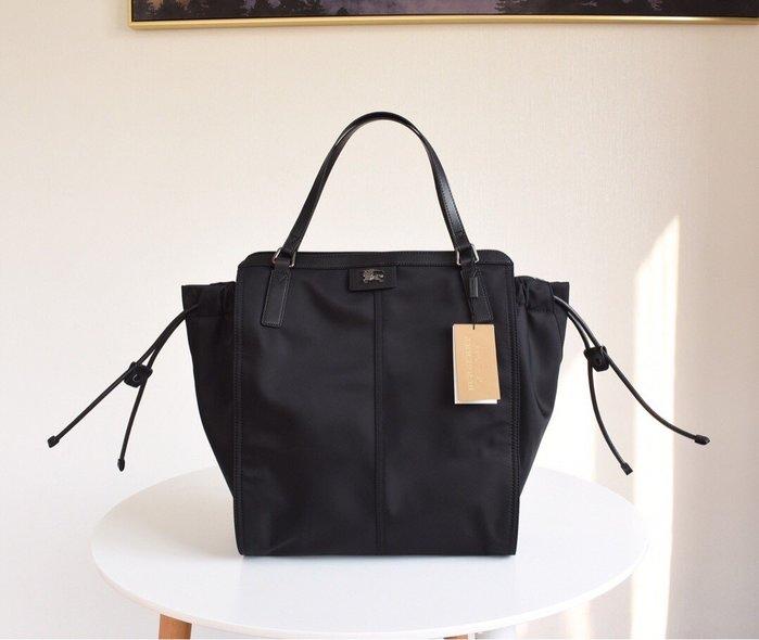 A&E精品代購  Burberry 巴寶莉 英倫經典 貴族氣息 防水尼龍手提包 購物提袋 時尚代購