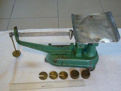 早期磅秤.鴨母秤(2)~2KG~同~AOBB~機械式~經濟部標準檢驗局~附5個秤子~懷舊.擺飾.道具