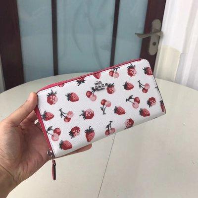 美國名品折扣店~ 特賣 COACH 23498 新款草莓圖案拉鏈錢包 多卡位長夾 長款錢夾 女士皮夾