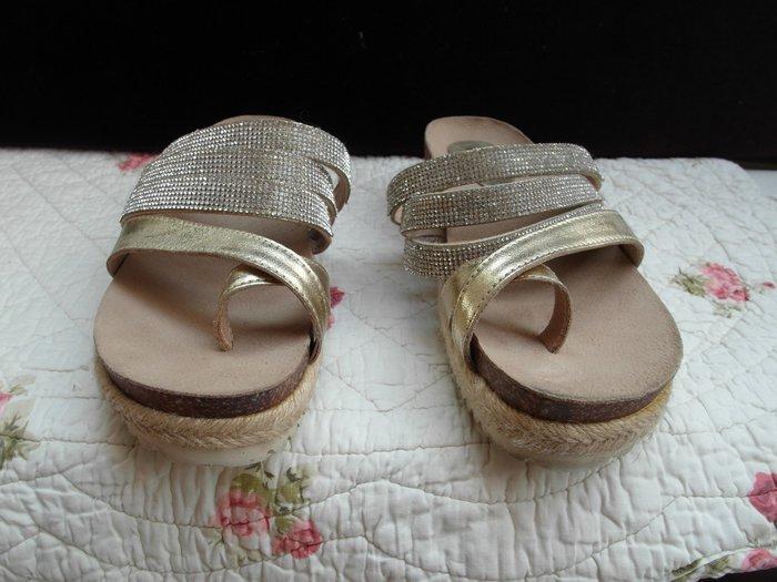 浪漫滿屋 女鞋系列*DIANA休閒鞋 .帆布鞋.平底鞋.各類鞋款......44