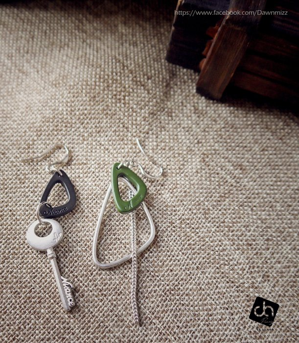 米絲小姐玩時尚 鑰匙玩烤漆‧垂掛式耳環 (韓國製造飾品鍍霧砂銀烤霧面黑漆綠漆三角組合垂吊造型大耳環英文字雕刻時尚配件)