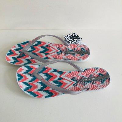 《現貨》Ipanema  女生夾腳拖鞋 巴西尺寸33/34,35,36,37,38(舒適鞋底 幾何塗鴉 人字夾腳平底拖鞋-白/銀帶)