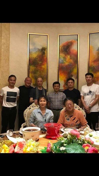 【御寶齋】--與蘇城國家級玉雕大師楊曦、蔣喜、瞿利軍、葛洪、曹揚、吳金星…餐敘後合影。