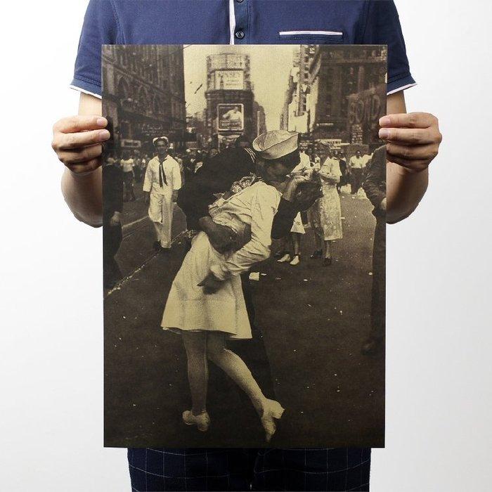 【貼貼屋】 二戰勝利之吻 懷舊復古 牛皮紙海報 壁貼 店面裝飾 經典電影海報 217
