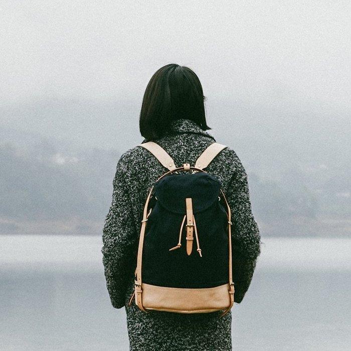~皮皮創~原創設計手作包。日式復古植鞣牛皮配帆布後背包抽繩綁帶水桶包復古帆布雙肩背包 中性款男女適用