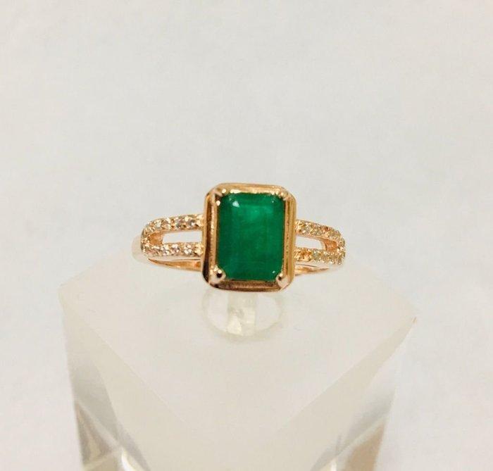 珍奇翡翠珠寶首飾-天然祖母綠1.1克,顏色頂級濃豔,濃郁飽和,搭配銀k玫瑰金戒台,活圍