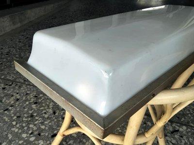 完美蛋糕 燈箱 。 68 / 26 /.11 。 試插電 雙燈管都會亮 都 黃光