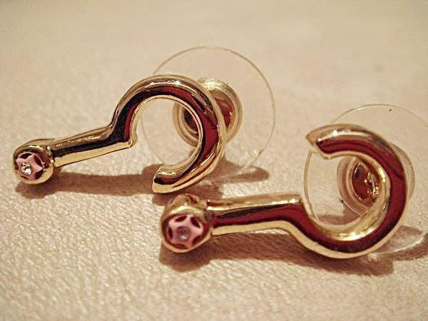 全新從未戴過的設計款耳環,很有型喔,可愛的問號型,低價起標無底價!本商品免運費!