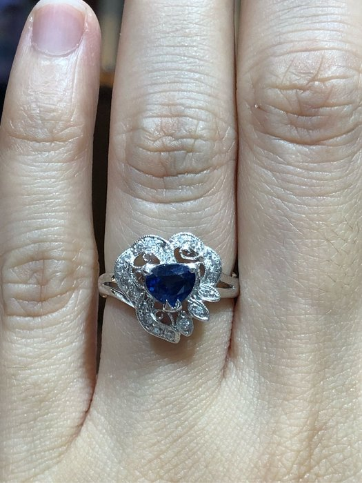 83分天然藍寶石鉑金戒指,寶石火光漂亮,古典拉花經典造型設計款式,超值優惠價25800,精選商品只有一個