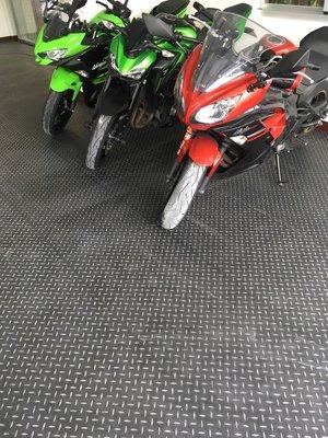 美的磚家~光陽山葉各大機車行工業風黑鋼立體浮雕金屬鐵板塑膠地磚塑膠地板60cmx60cm3.0m/m每坪只1600元