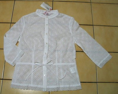 JUST TWO(集體創作)全新S號有吊牌白色浮水印花+花朵蕾絲.腰帶,7分袖襯衫