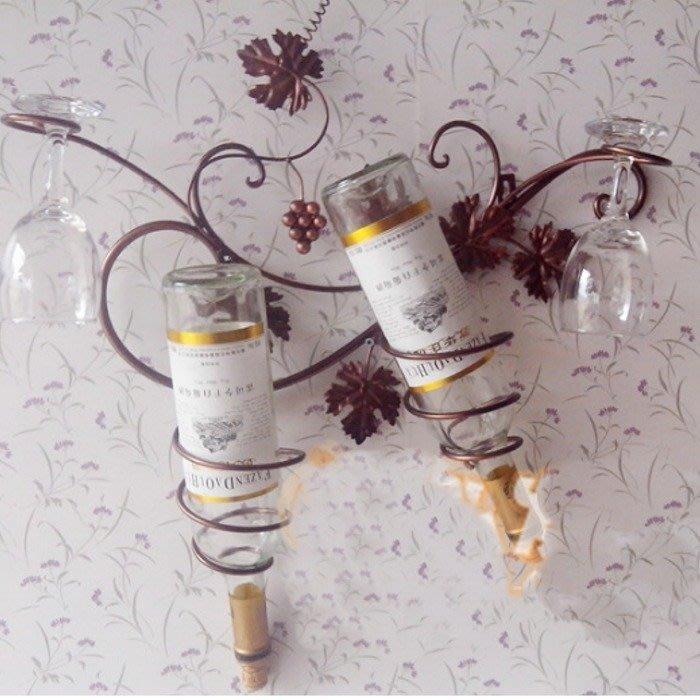 5Cgo 【宅神】14408503863 歐式鐵藝酒架紅酒架壁掛創意白酒架酒杯架葡萄酒架掛墻酒瓶架可放2瓶酒瓶2個酒杯