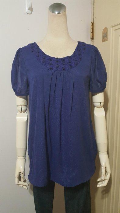 設計師品牌得藝Mosdiors藍紫色蕾絲縫珠圍領垂墜亮澤雪紡衫(適M)*250元直購價*