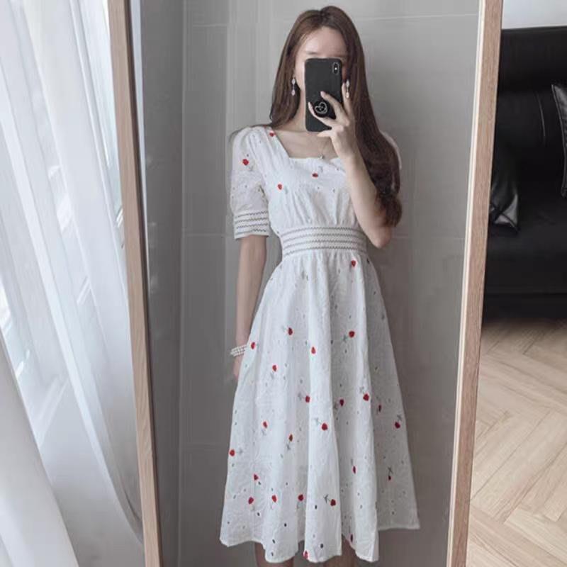 現貨 限時特價 新款夏天甜美重工刺袖小碎花顯瘦方領縷空收腰泡泡袖連衣裙