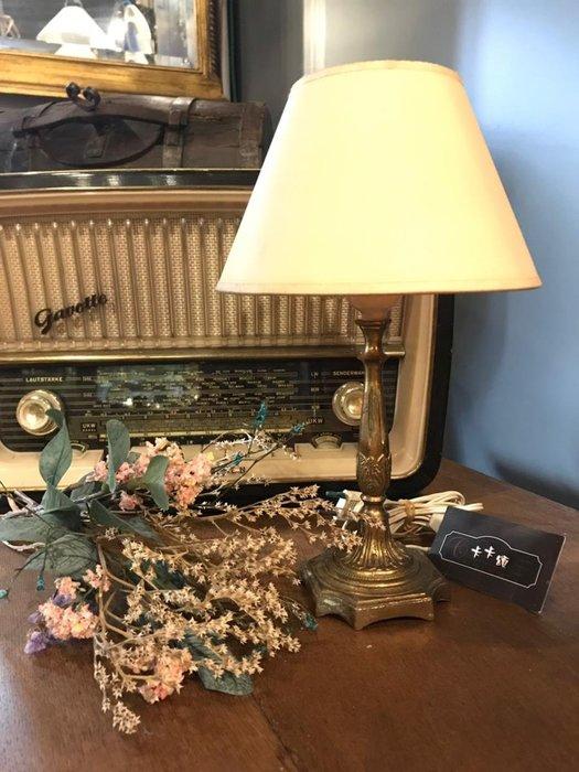 【卡卡頌 歐洲跳蚤市場/歐洲古董】※活動特價※法國老件_重銅 紮實 典雅雕刻桌燈 檯燈 擺飾 裝飾 la0234✬