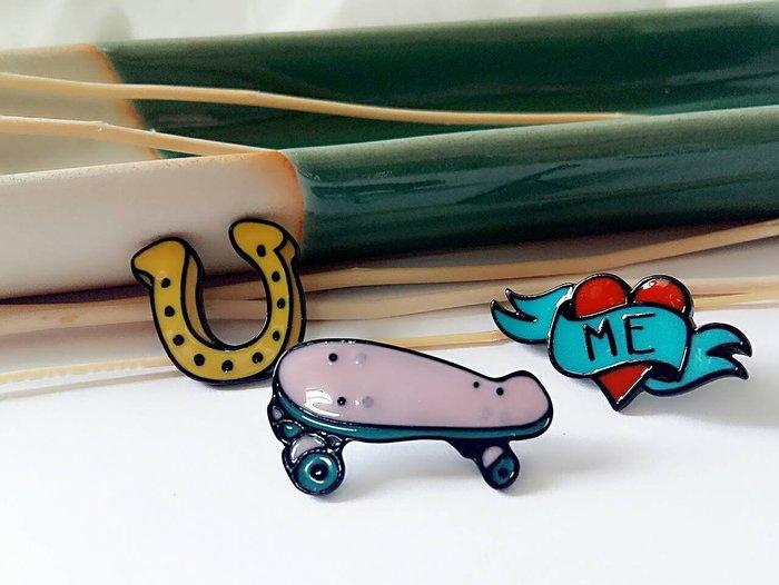 ~小麼雜貨~ 日韓潮人 滑板 馬蹄 愛心3件組 滴油趣味 別針 胸章 徽章   A072