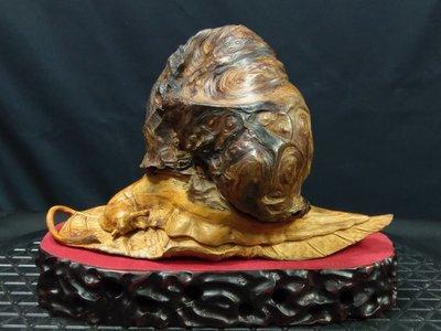天雕窩牛  台灣紅檜瘤  紋路美麗  樹瘤淨重約658g  另附底座 有落款
