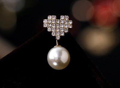 (老銀屋)時尚設計款桃心仿鑽石珍珠別針/V領防走光裝飾扣