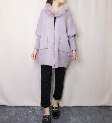 正韓 梨花、香草、茉莉同款,甜美氣質 狐狸毛領背後麻花斗篷針織外套,前有2個小口袋。原價$3990,連線價$2090。