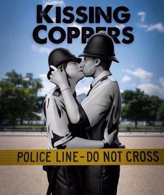 Banksy Kissing Coppers mighty jaxx 親吻 警察  雕塑 KAWS 村上隆 可參考 收藏 愛與和平 同性 反歧視 公仔 藝術