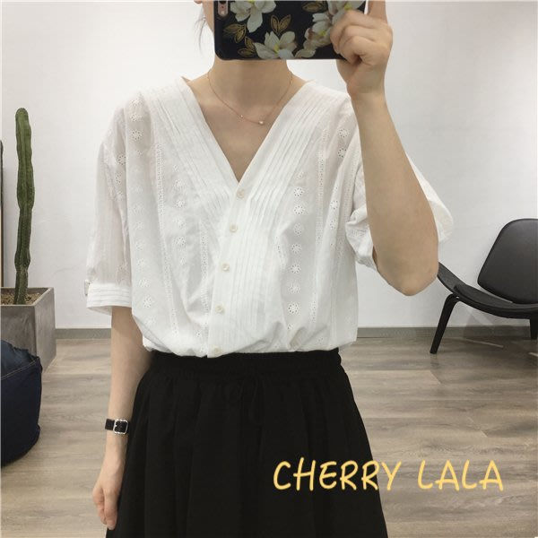 CHERRY LALA 韓。實拍。19夏。寬鬆顯瘦慵懶風鏤空棉麻繡布V領短袖襯衫-白/紅  CI921