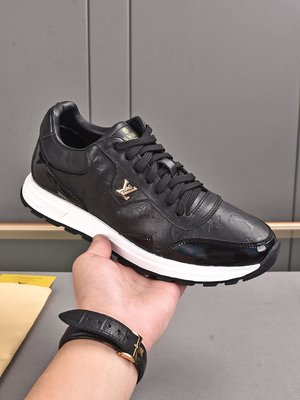 L 奢品2021系列,男士Run Away 運動鞋,融合素凈小牛皮、小牛皮制麂皮和 Monogram 搭配LV專用材料2