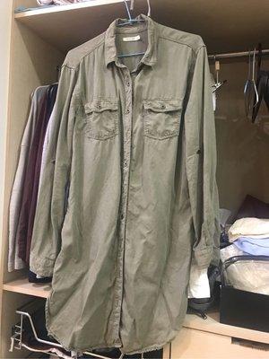 (已售出)搬家前出清《 sneak peek 》軍綠天絲長版襯衫~只穿過一次近全新