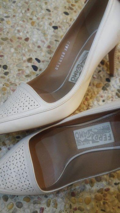 SALVATORE FERRAGAMO 奶油白 小羊皮鏤空雕花面高跟鞋