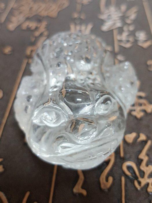 優質巴西白水晶雕三腳咬錢蟾蜍擺件 純手工雕刻工藝收藏品【東大開運館】