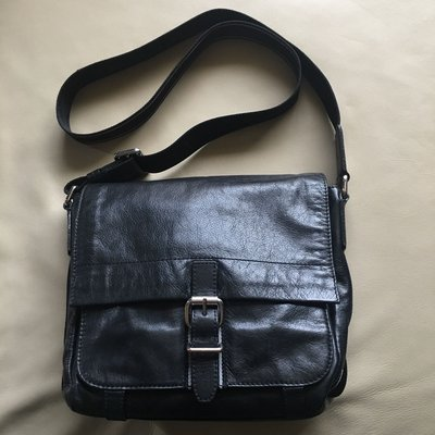 [品味人生]保證正品 BOSS 黑色 皮革 側背包  斜背包 郵差包