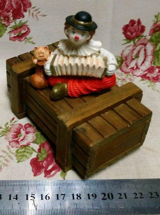 龍廬- 自藏二手出清~波麗彩繪製品-小丑拉風琴與鞋貓坐木箱擺設/只有一組/園藝擺飾  咖啡廳 餐飲