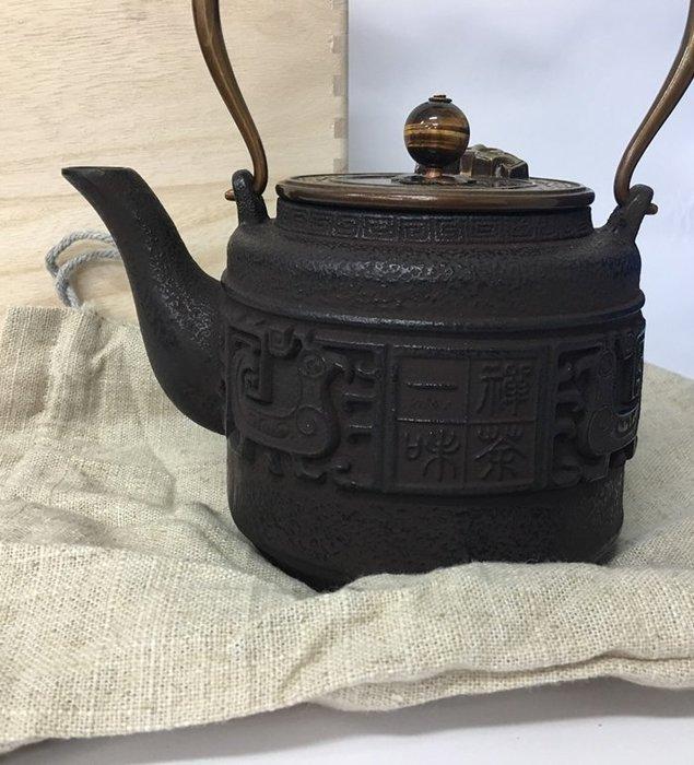 [宅大網] 177810 B款禪茶一味鐵壺 鑄鐵茶壺 茶具 燒水壺 煮茶 泡茶 鐵茶壺 無塗層老鐵壺生鐵 1.2L