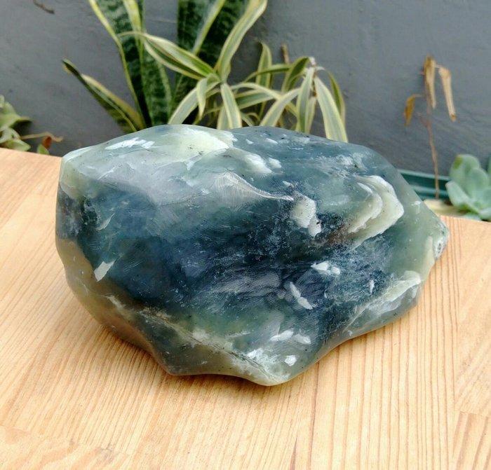 老珍藏天然大粒岫岩玉原礦擺件/重約1323公克,天然形岫岩玉原礦純手工研磨,岫玉能養心利肺,寧心安神之功效