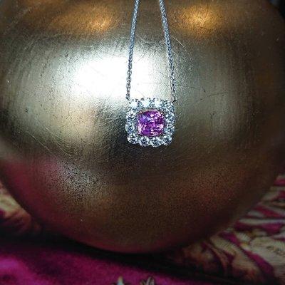 星宇宝藏珠寶設計- 作品英倫情人,純18K金項鍊 粉紅色剛玉,天然鑽石成色E淨度VVS1 (如有設計需求請私訊揚邵一品)