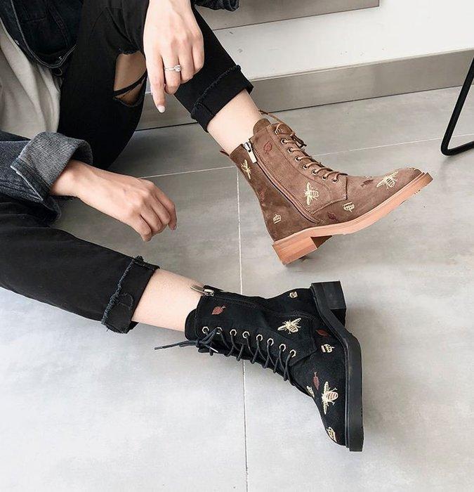 【鳳眼夫人】獨立設計品牌訂製款 2色 復古英倫學院風小圓頭低跟蜜蜂刺繡麂皮絨面綁帶短靴 百搭街頭時尚潮流個性短靴 馬汀靴