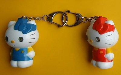 **M8-16**(2隻合售)1藍1紅的Hello Kitty鎖匙圈塑膠玩偶/表面有使用痕跡/不知電子功能是否好的,能接
