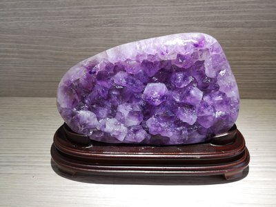 🏆【1688 精品】🏆巴西頂級紫晶鎮(含訂製木座)重4950g高紫度,辦公室住宅最佳擺飾風水石【C56】