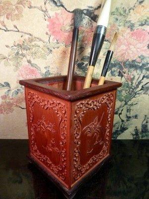 格格傳藝坊~特價900元~文房雅集~竹製四面巧雕博古花瓶四美圖(梅蘭竹菊)竹筆筒~