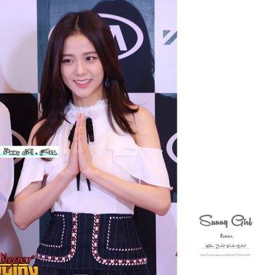 一字領*Sunny Girl*韓國Blackpink JISOO露肩綁帶短袖一字領 2019三月新款- [TS0218]