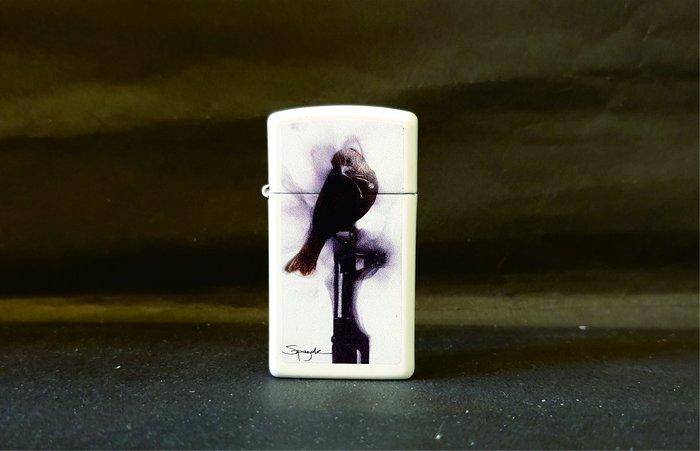 ONE*$1~*美系*ZIPPO*法國Steven Spazuk火焰藝術家*窄版《黑鳥與槍》白色烤漆*編號:29848