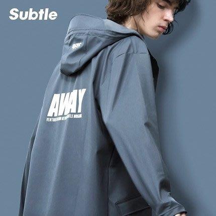 潮牌Subtle AWAY防水風衣 岩灰-設計時尚簡約.修身剪裁~全防水可當雨衣喔-或作為情侶裝.這是一款超方便的風衣