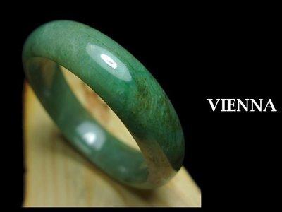 《A貨翡翠》【VIENNA】《手圍18.5/16mm版寬》緬甸玉/冰種嬌豔濃葉綠/玉鐲/手鐲P+051