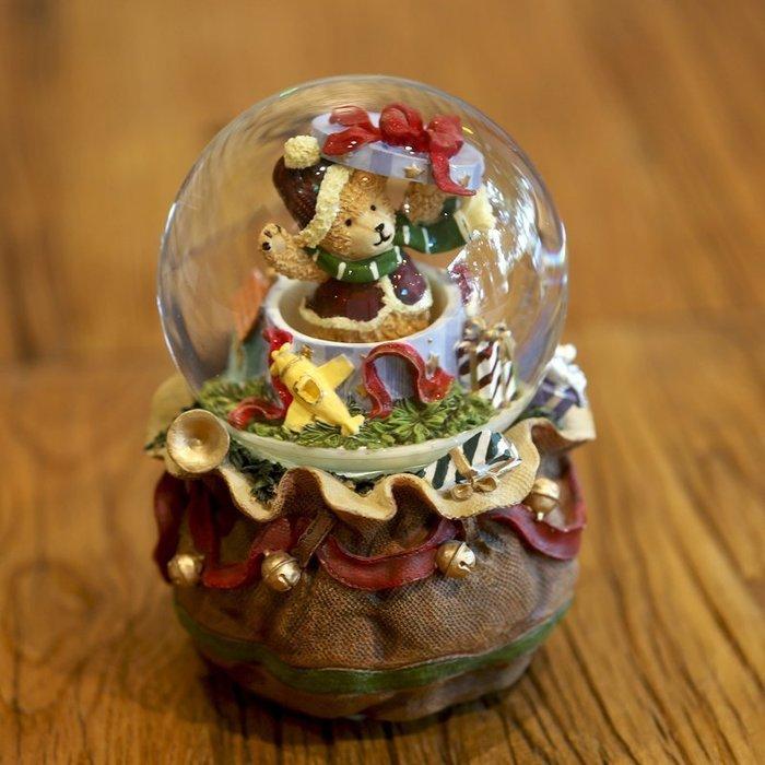 【優上精品】聖誕小熊水晶球音樂盒發條旋轉樹脂八音盒情人節生日禮物(Z-P3164)