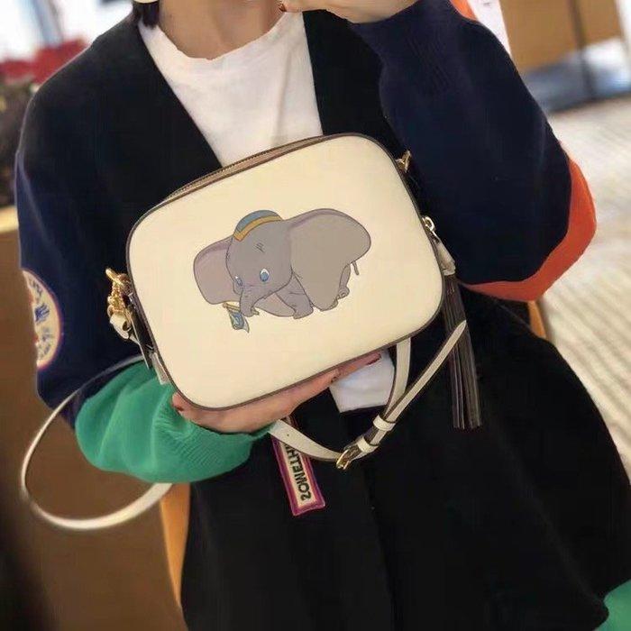 甜心精品代購 COACH 69252 新款白色小飛象女士Disney X流蘇包 斜跨相機包 附代購憑證 價格標籤