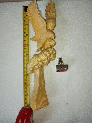 栩栩如生老鷹木雕 1件+生肖銀章 鼠 1件重約60g;共2件一起出售!品項如照片所示~
