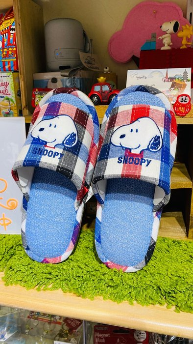 現貨-日本snoopy town 刺繡史努比snoopy糊塗塔克毛巾布料拖鞋 底部麂皮絨毛適合腳號尺寸:22-24公分  格紋史努比-金金洋行