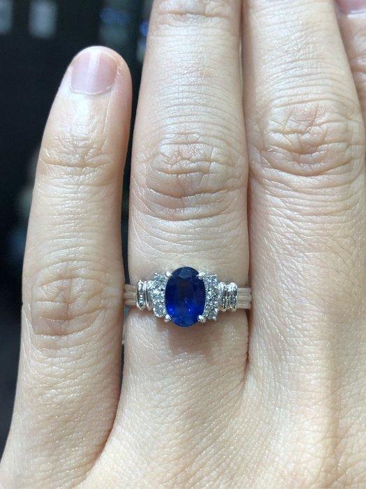 1.05克拉天然藍寶石鑽石戒指,寶石火光漂亮,鑽石白亮,經典造型設計款式,超值優惠價23800,精選商品只有一個,寶石正藍色
